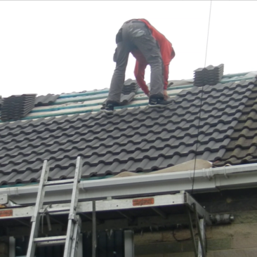 fsAndRoof-laying-roof-tiles-1280x720